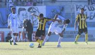Walter Gargano y Jonathan Barboza luchando por la pelota en el Cerro vs. Peñarol. Foto: Marcelo Bonjour