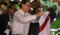 Vizcarra llega a Perú y recibe una camiseta de la selección de fútbol. Foto: Reuters.