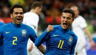 Coutinho y Dani Alves festejando el gol de Brasil. Foto: Reuters