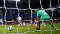Gianluigi Buffon no pudo controlar el tiro de Ever Banega. Foto: Reuters