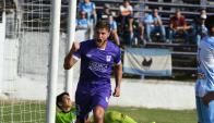 Germán Rivero festejando el gol de Defensor. Foto: Ariel Colmegna