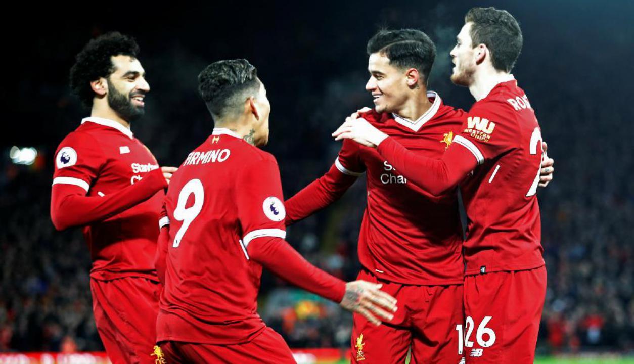 Salah, Firmino, Coutinho y Robertson festejando el gol de Liverpool. Foto: Reuters