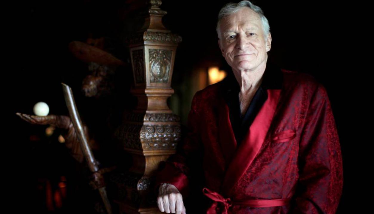 El fundador de la revista Playboy posa en su famosa mansión. Foto: Reuters