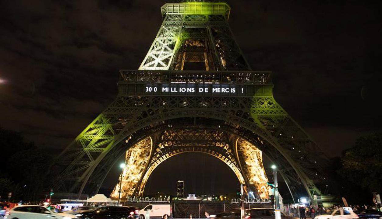 Torre Eiffel se iluminó por sus 300 millones de visitantes. Foto: EFE