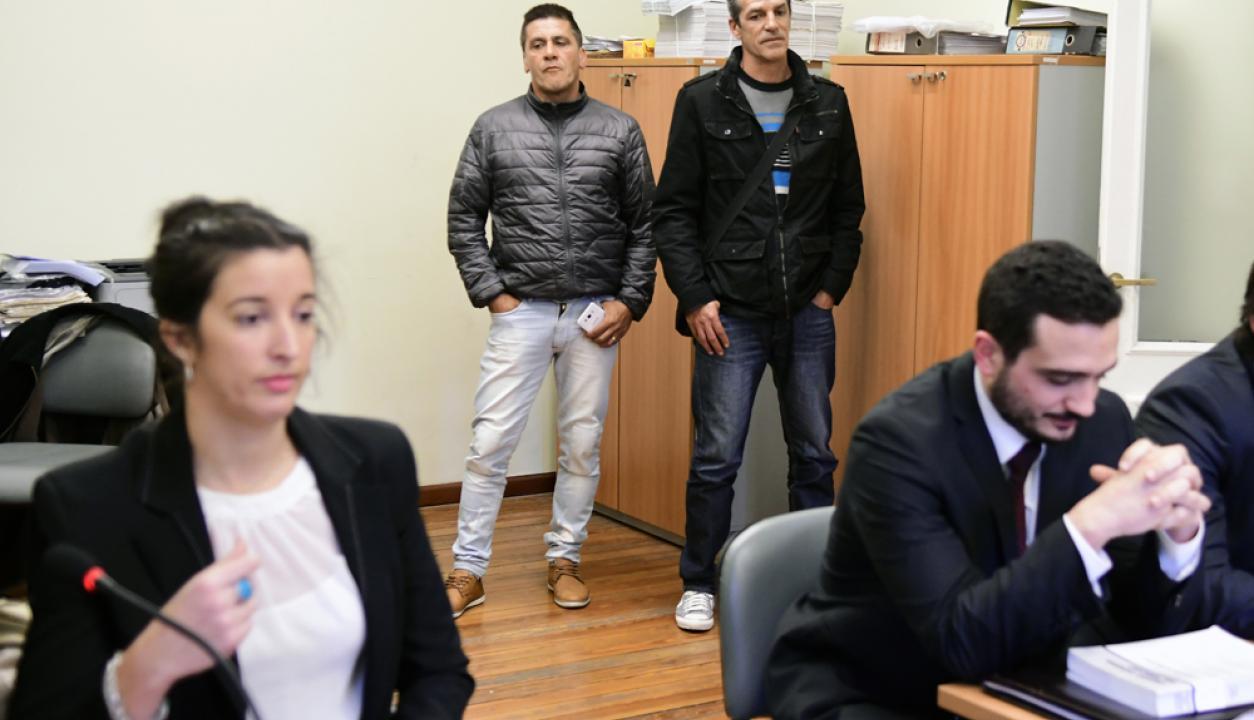 -En Tribunales Enrique Saravia y otros directivos de La Mutual de Futbol esperan el fallo de la Justicia ante el reclamo de futbolistas. Foto: Marcelo Bonjour
