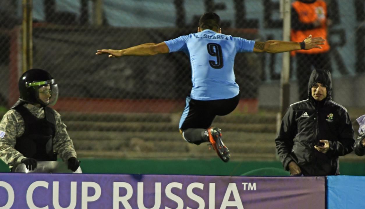 -Suarez festeja el segundo de sus goles ante Bolivia para la clasificación a Rusia 2018. Foto: Fernando Ponzetto