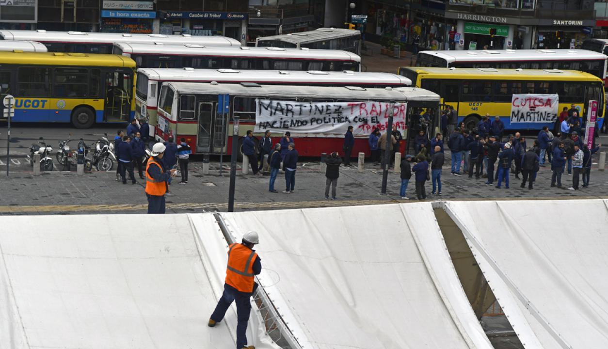 -Cooperativas de transporte se concentraron frente a la IMM cortando 18 de Julio. Foto:Fernando Ponzetto