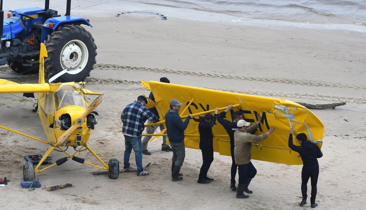 -Recuperan restos de la Avioneta que cayó al Rio de la Plata. Foto: Ariel Colmegna