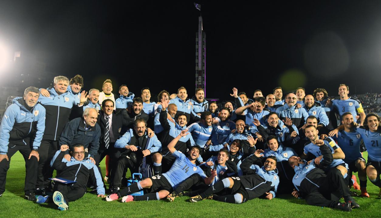 -Festejo de todo el plantel de la selección uruguaya tras la victoria ante Bolivia. Foto: Gerardo Perez