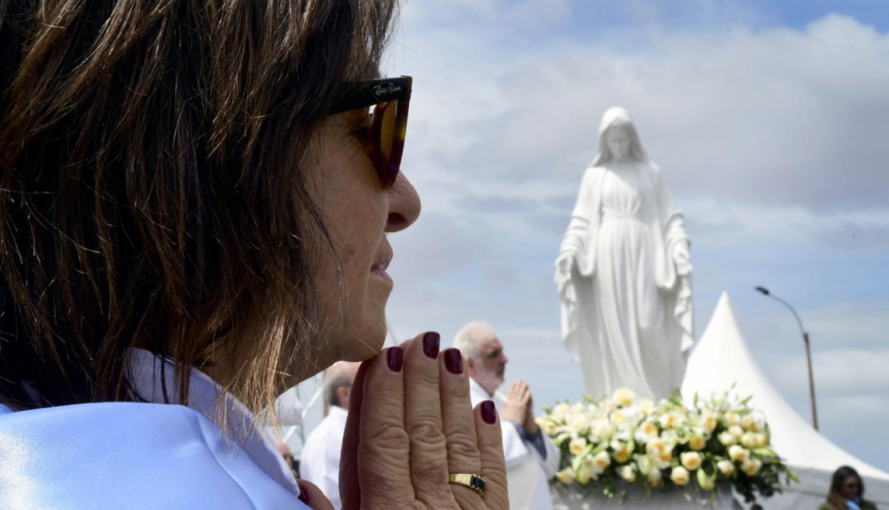 -Misa campal en la rambla con presentación de las reliquias de los patronos de Montevideo. Foto: Marcelo Bonjour