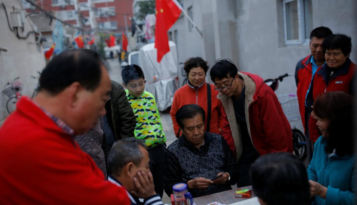 Los ciudadanos aguardan para conocer las decisiones en la ciudad de Pekín. Foto: Reuters