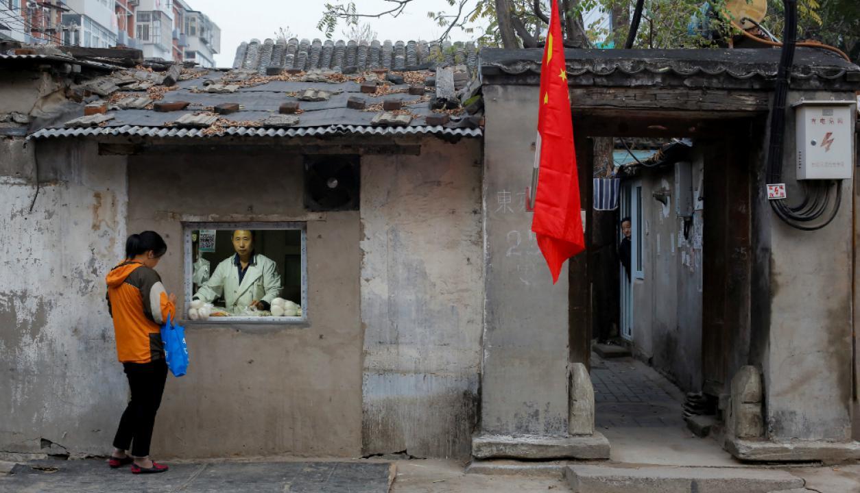 La bandera de China se encuentra por todos lados en la ciudad de Pekín. Foto: Reuters