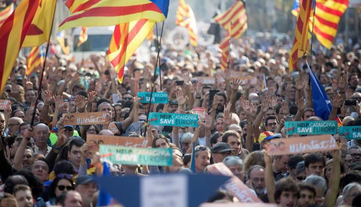 Catalanes en las calles. Foto: EFE