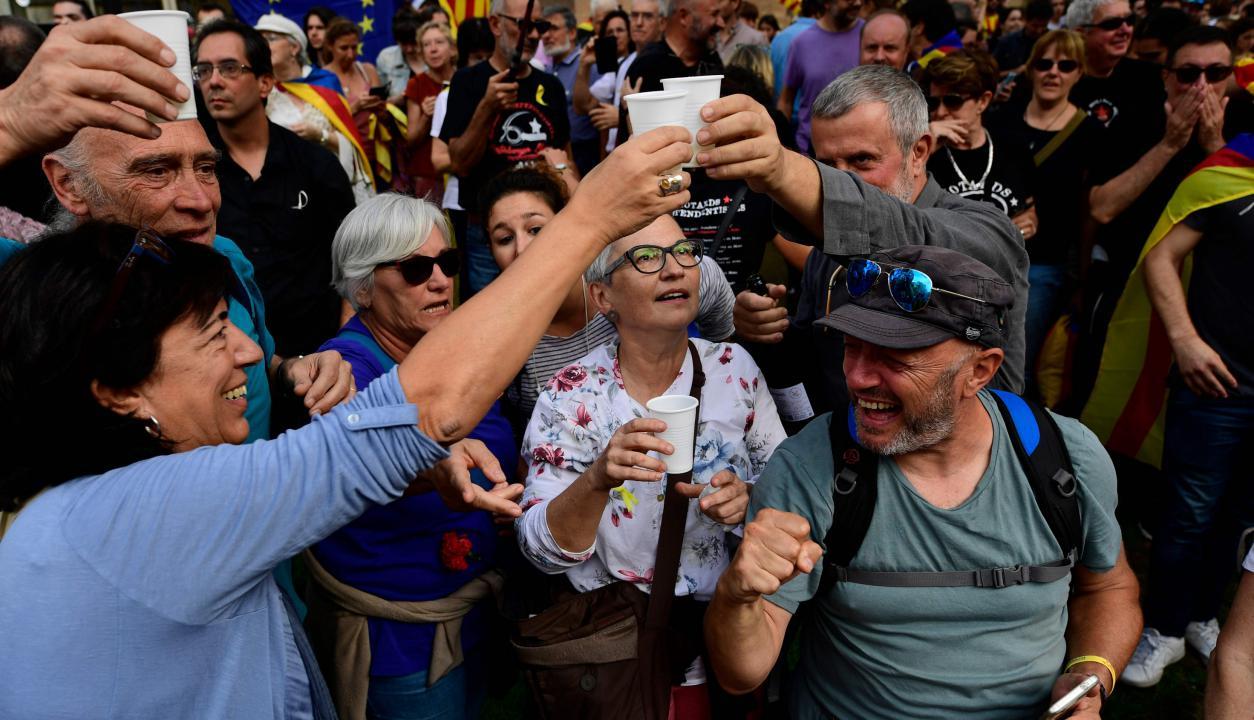 Catalanes festejando en las calles. Foto: AFP