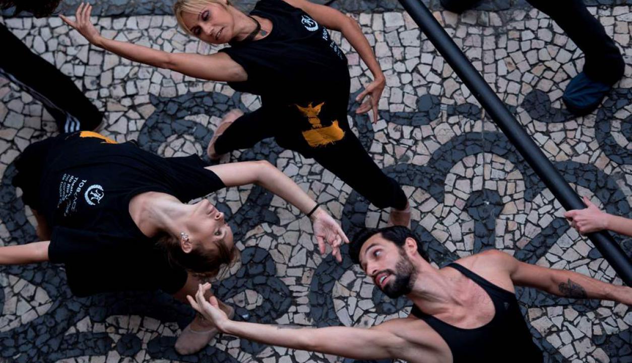 Bailarines y músico del Ballet de Río de Janeiro protestaron porque la ciudad no les paga el sueldo. Foto: AFP