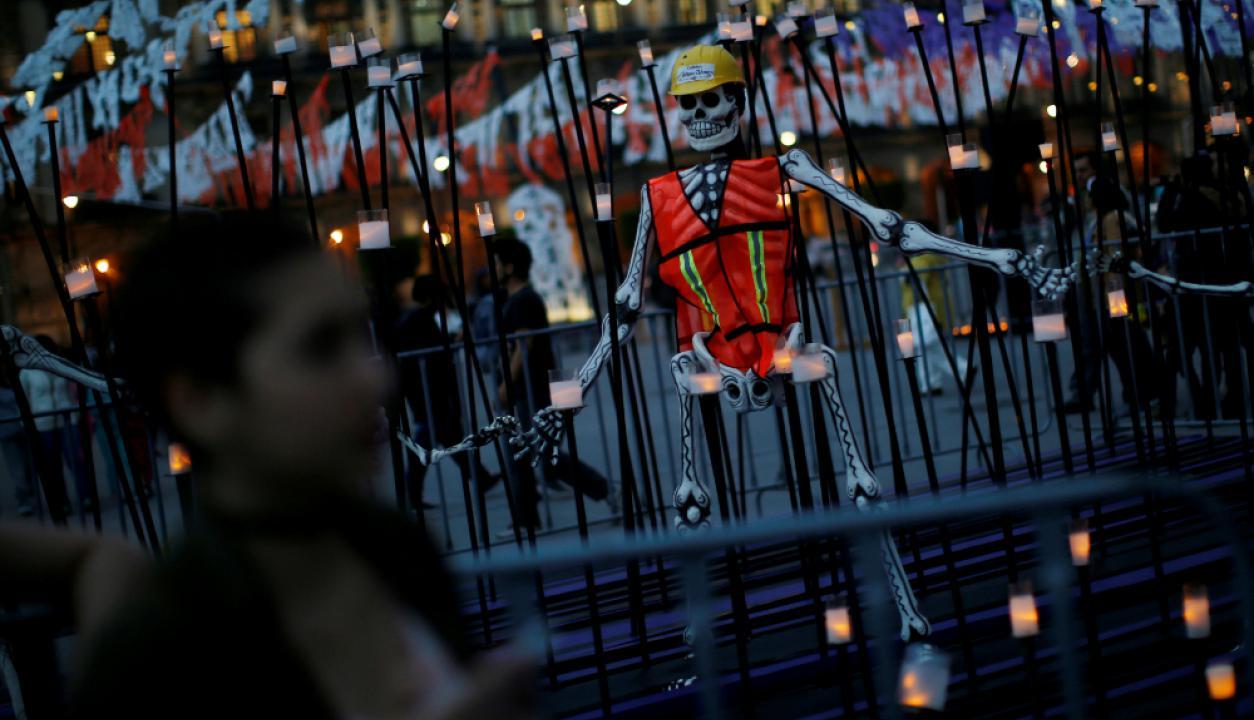 Una de las tradiciones es hacerles ofrendas a los muertos. Foto: Reuters
