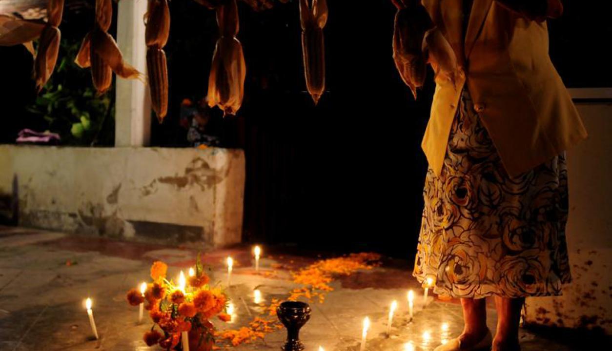 Las tradicionales velas también estuvieron presentes. Foto: EFE
