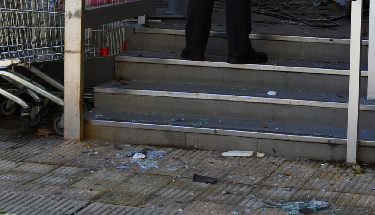 Restos del cajero automático que delincuentes hicieron explotar  con gas Foto: Ariel Colmegna