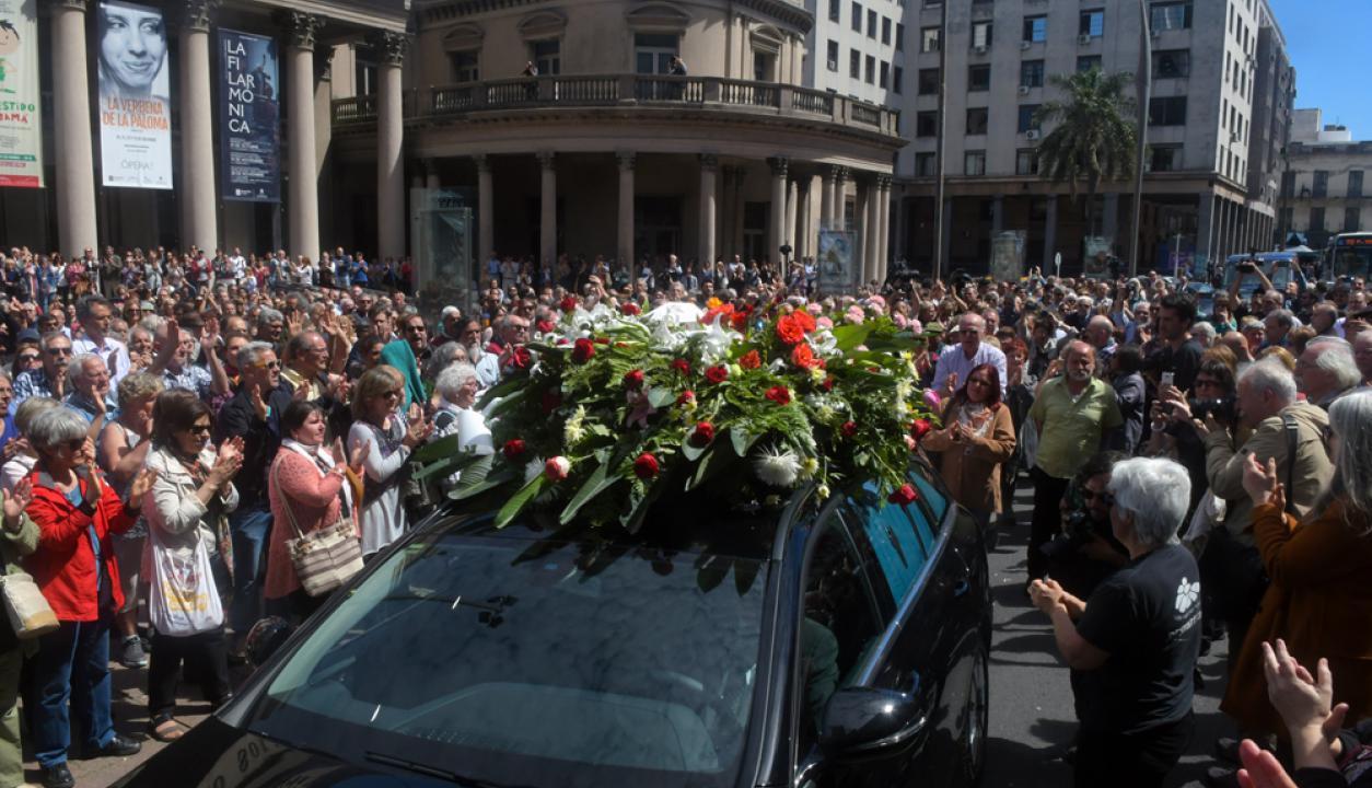 Velorio de Daniel Viglietti, partida del cortejo fúnebre desde el Teatro Solis de Montevideo Foto: Francisco Flores