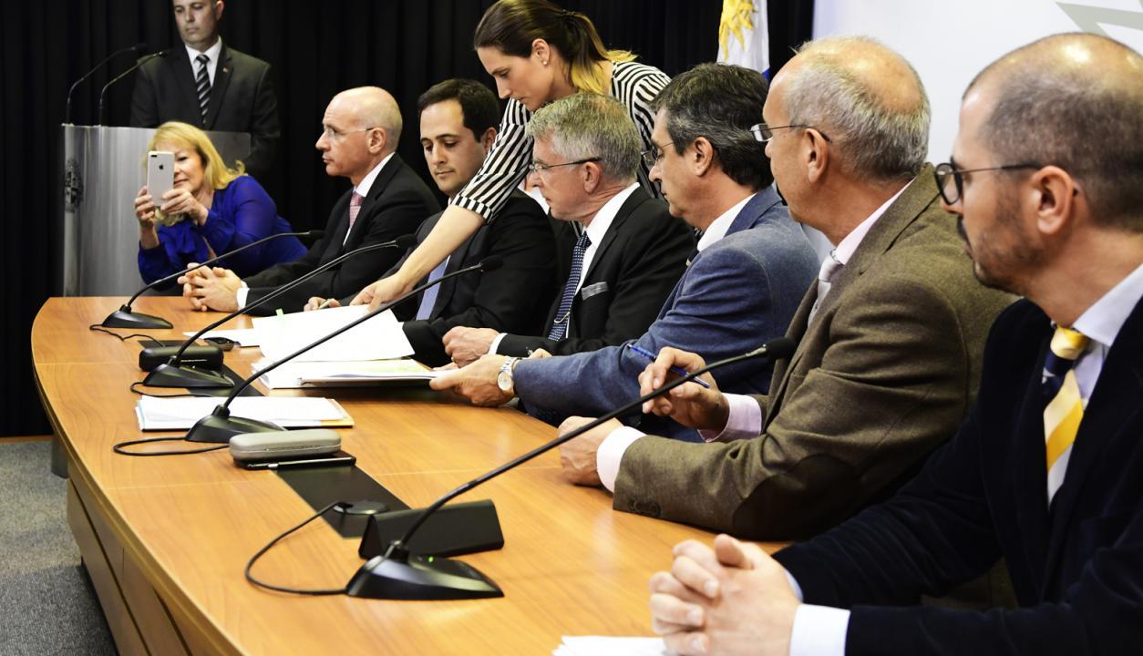 Carolina Cosse toma una foto en la  firma del acuerdo entre la empresa Finlandesa UPM y el Gobierno. Foto: Marcelo Bonjour