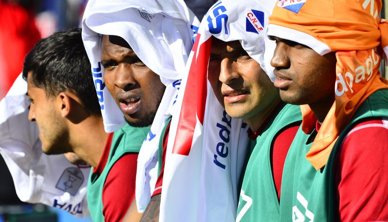 """Jugadores de Nacional al mejor estilo """"Lawrence de Arabia"""" en Belvedere. Foto: Gerardo Pérez"""