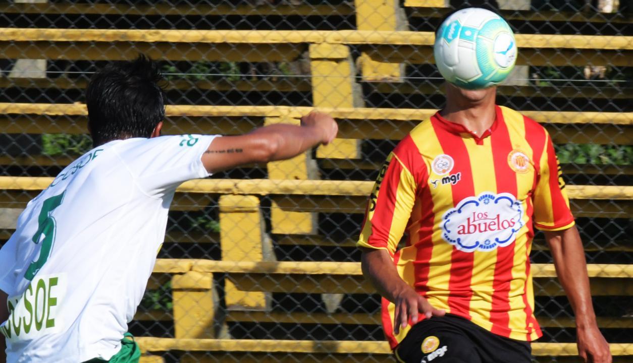 El hombre pelota apareció en la cancha de Progreso. Foto: Francisco Flores
