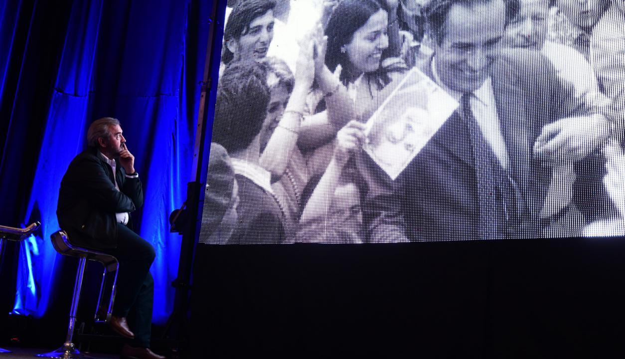 Jorge Larrañaga observa con atención un vídeo sobre Wilson Ferreira. Foto: Fernando Ponzetto