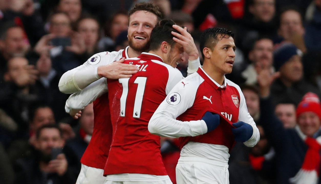 Mustafi, Ozil y Alexis Sánchez festejando el gol del Arsenal. Foto: Reuters