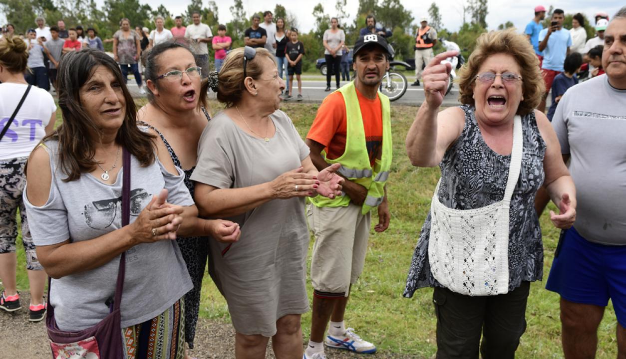 Personas piden justicia en el lugar donde fue encontrado el cuerpo de Brissa González. Foto: Fernando Ponzetto
