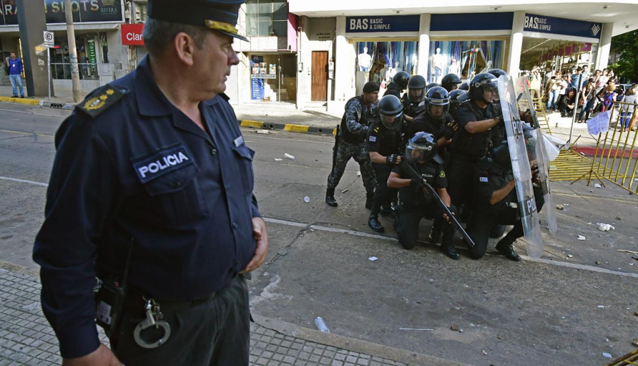 En las afueras del Juzgado de Rivera se generaron incidentes con la policía. Foto: Fernando Ponzetto