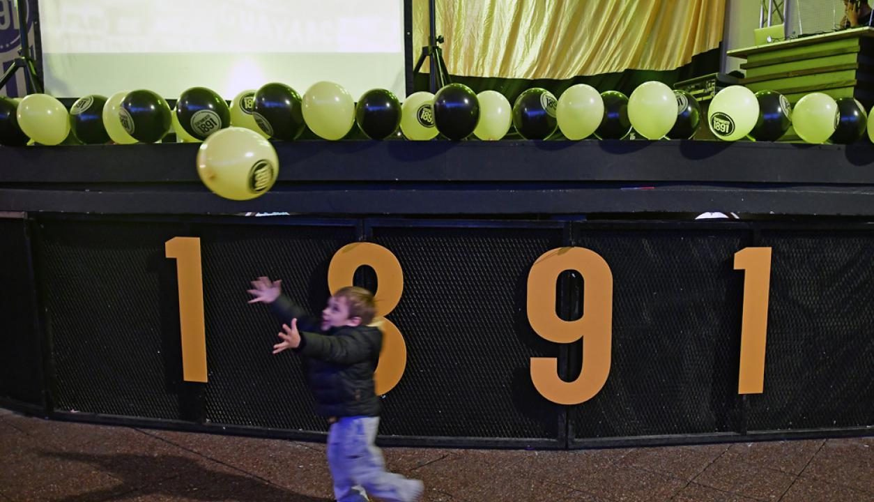 Un niño juega con un globo durante la presentación de la lista de Ignacio Ruglio. Foto: Fernando Ponzetto