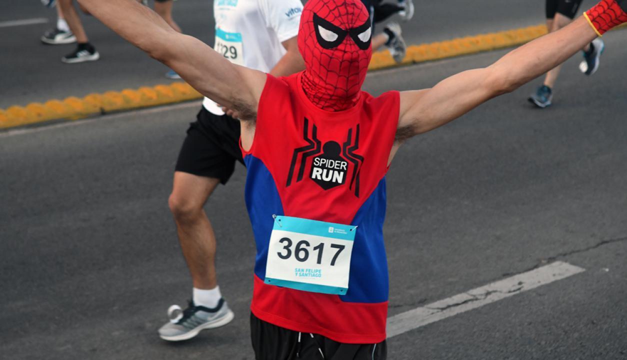 Spiderman también estuvo presente en la San Felipe y Santiago. Foto: Ariel Colmegna