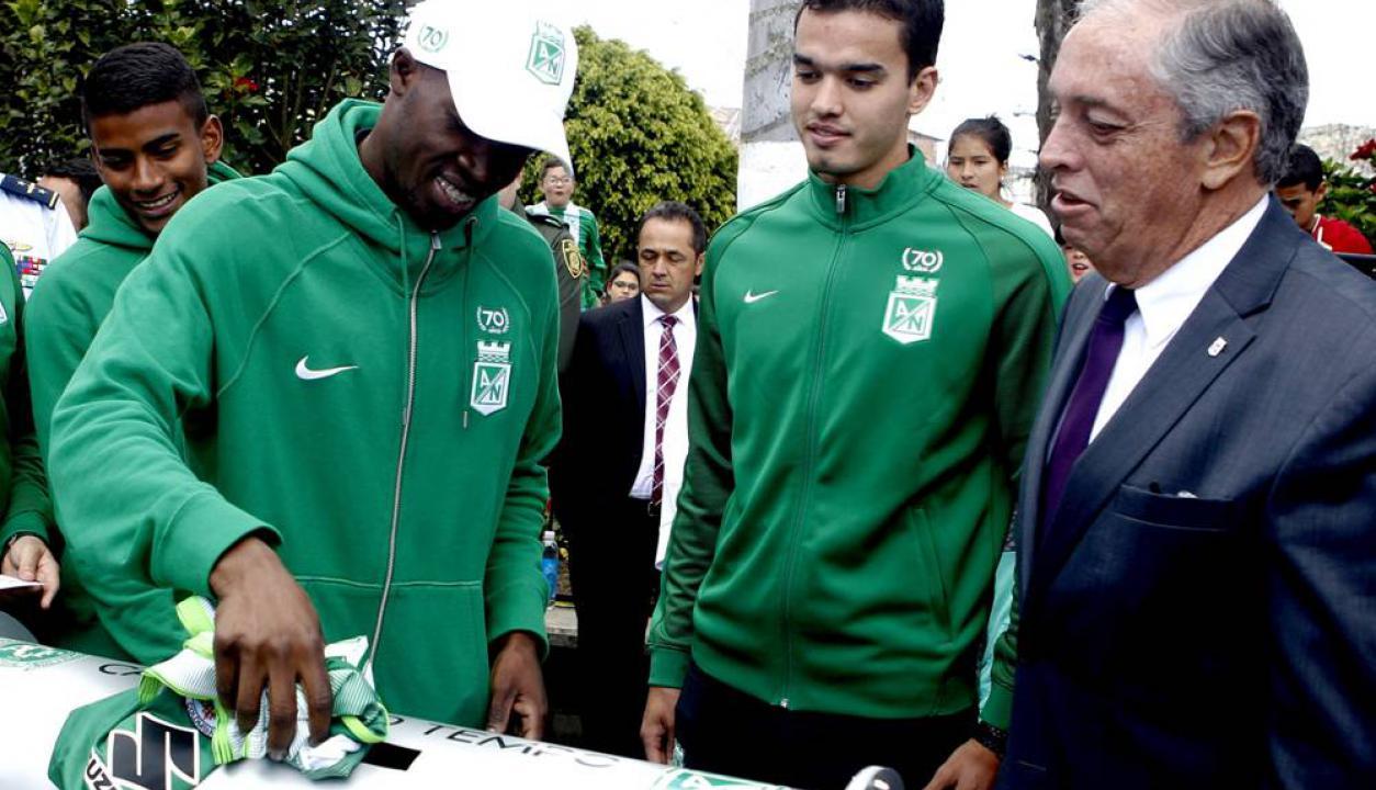 Los jugadores de Atlético Nacional rindieron tributo a los de Chapecoense. Foto: EFE