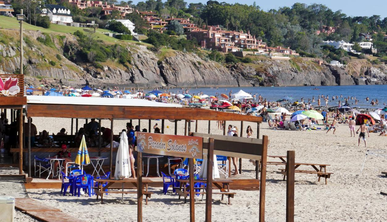 Turistas disfrutan el buen tiempo en las playas del Este. Foto: Ricardo Figueredo