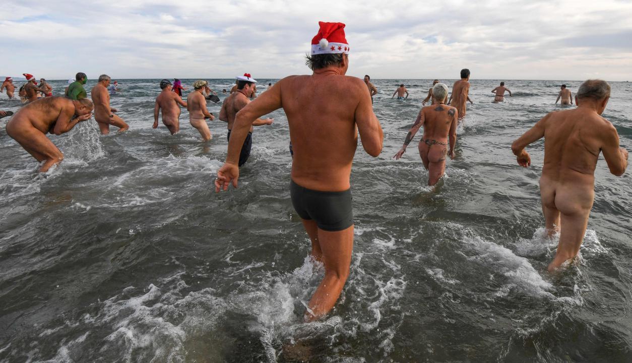 Al sur de Francia celebraciones en playa nudista. Foto: AFP