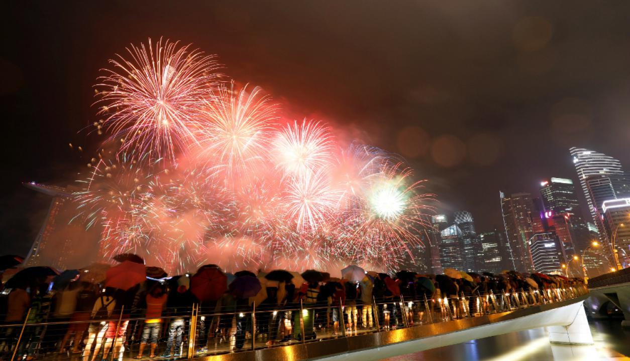 Singapur recibió el año con un show de fuegos pirotécnicos. Foto: Reuters