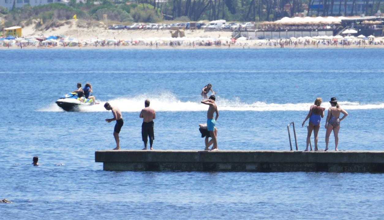 Día de calor y aguas cristalinas en Punta del Este. Foto: Ricardo Figueredo