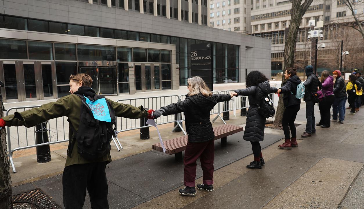 Manifestantes se toman de las manos y se unen en plena protesta. Foto: AFP