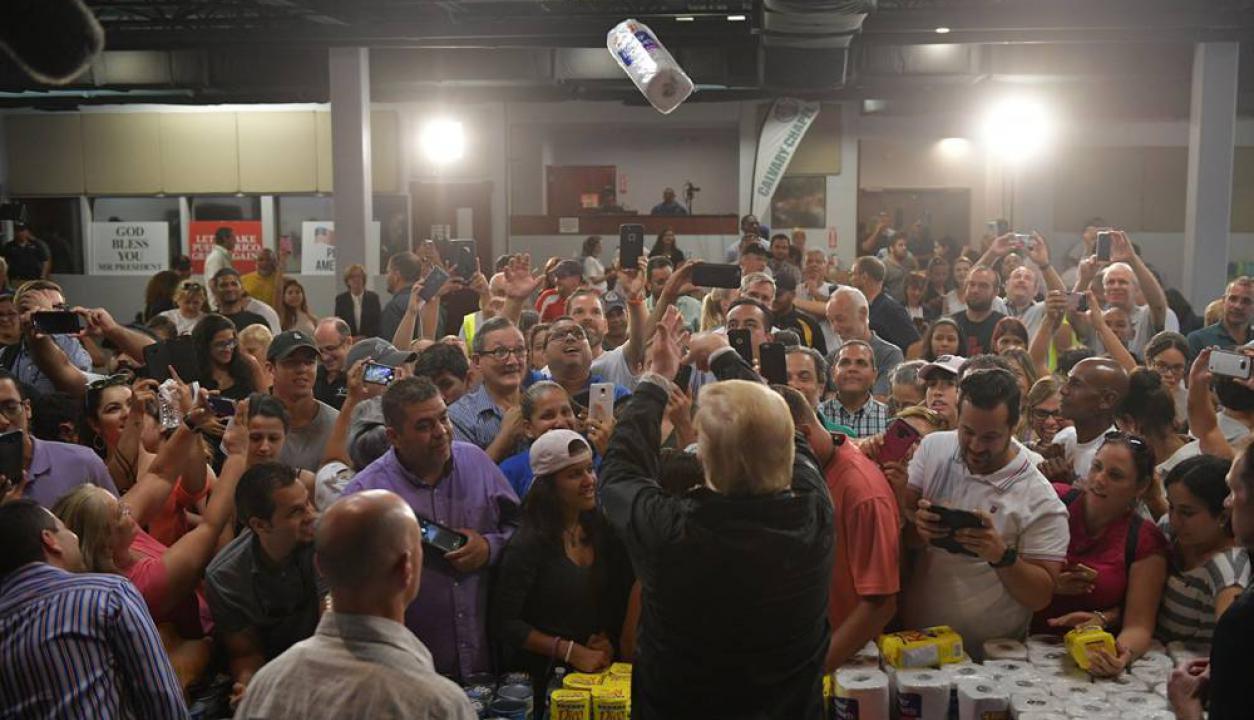 Donald Trump tira un rollo de papel en Puerto Rico, tras una visita con donaciones luego del huracán María. Foto: AFP