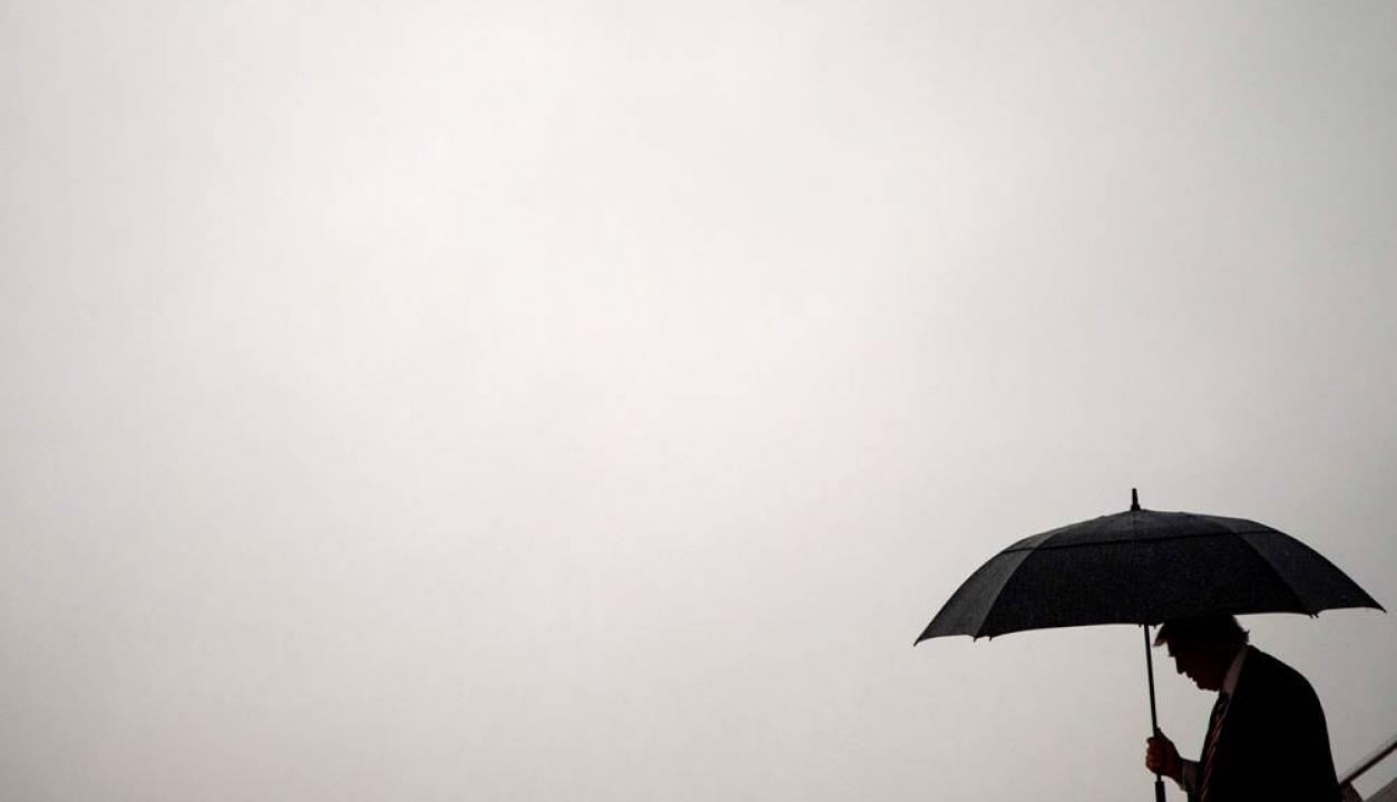 Donald Trump llega bajo lluvia a Carolina del Norte. Foto: AFP