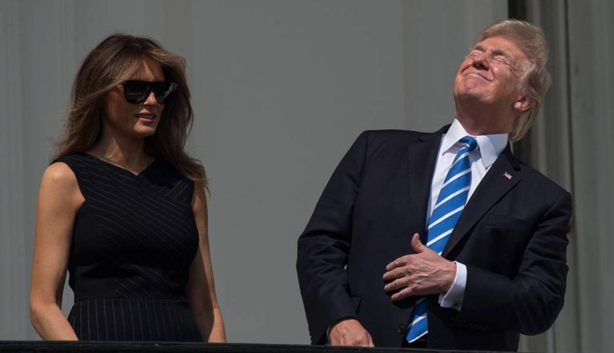 A mediados de agosto una foto se hizo viral ya que Trump observó un eclipse solar pero sin lentes como protección. Foto: AFP