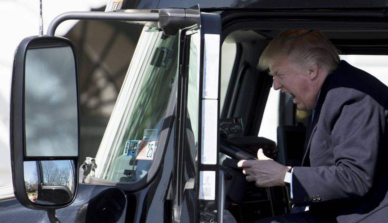 Otra imagen particular se dio cuando recibió a algunos camioneros en la Casa Blanca y probó sus vehículos. Foto: AFP