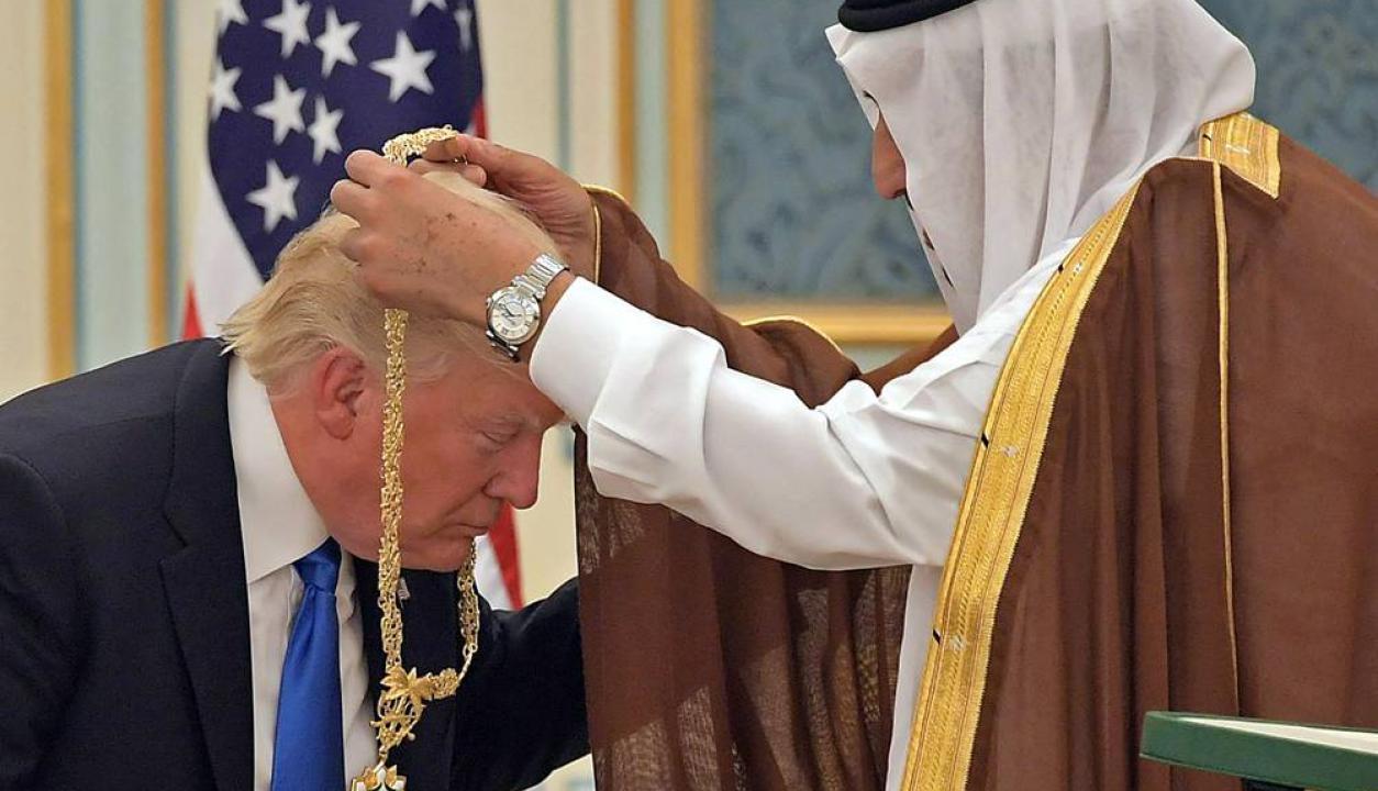 El presidente estadounidense con el rey Salman bin Abdulaziz Al Saud. Foto: AFP
