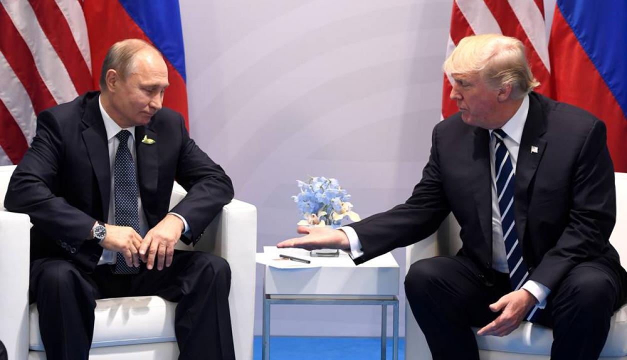 Donald Trump y Vladimir Putin conversan en una reunión celebrada en julio. Foto: AFP