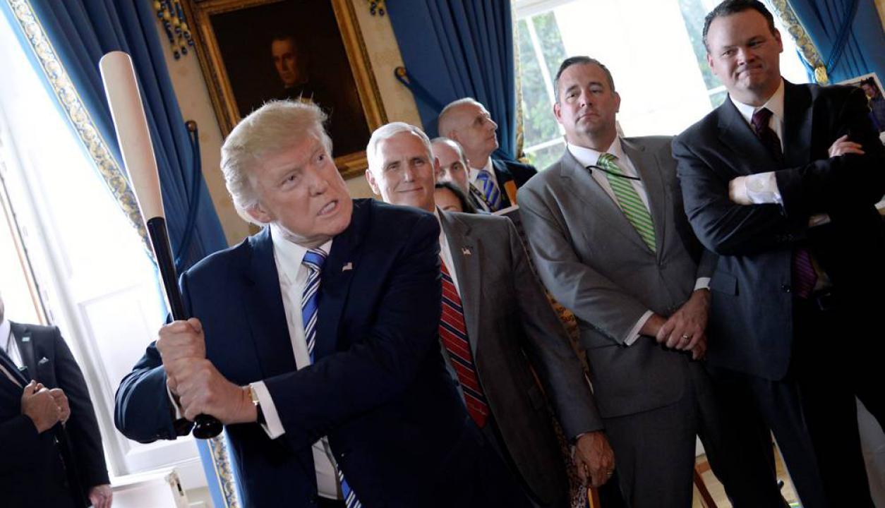 Donald Trump juega con un bate de beisból durante una exposición de artículos hechos en Estados Unidos. Foto: AFP