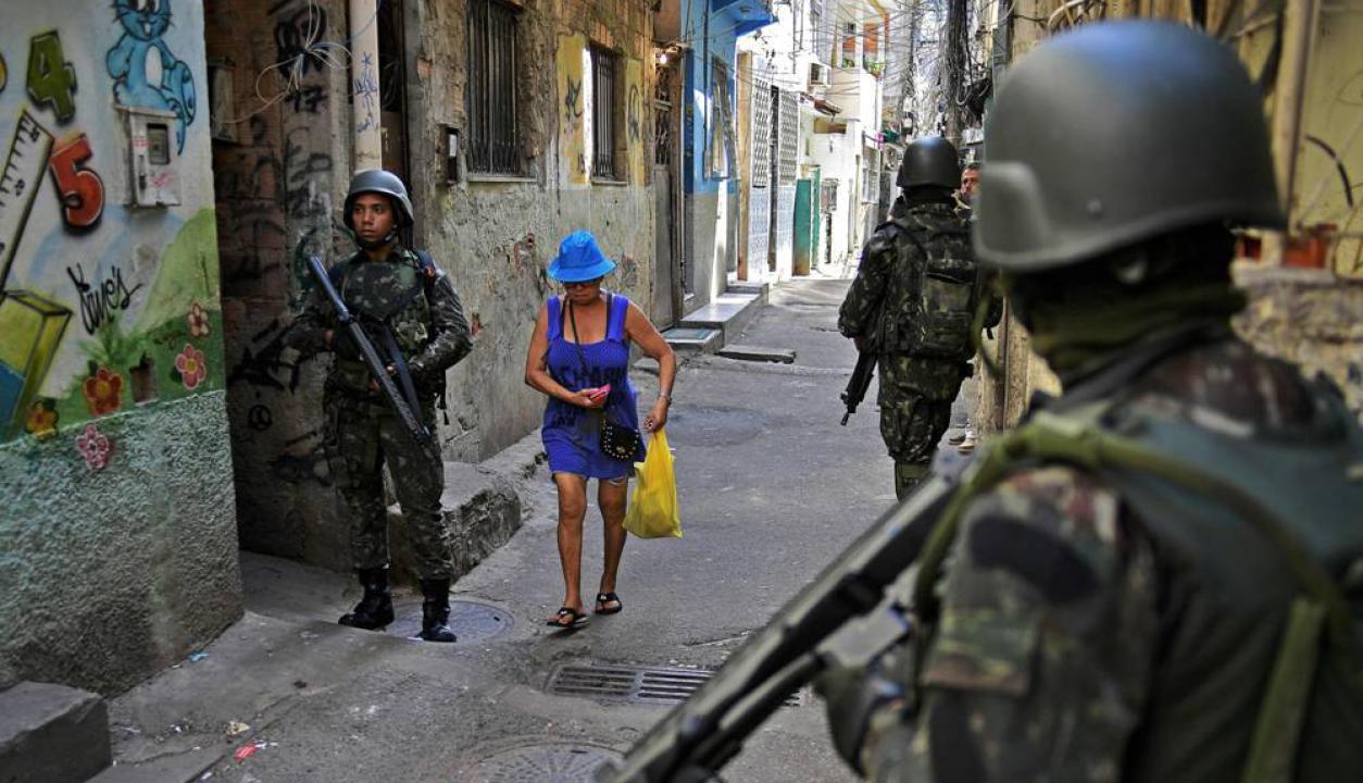 A pesar de la presencia militar, los pobladores de esos barrios siguen su vida normalmente. Foto: AFP