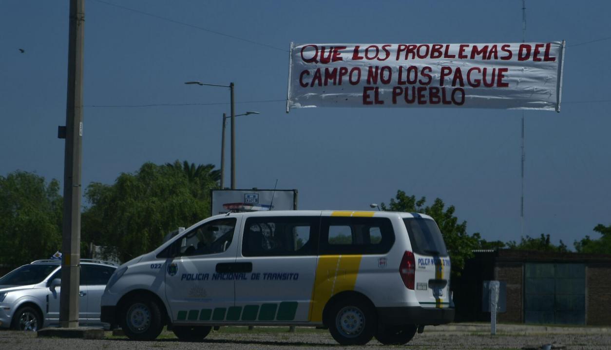 Carteles en la entrada a Durazno. Foto: El País