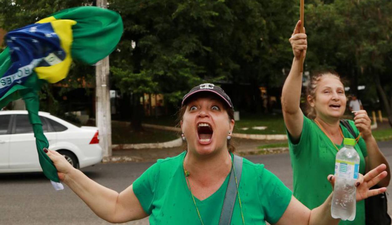 Una mujer celebra en Porto Alegre tras la ratificación de la condena. Foto: AFP