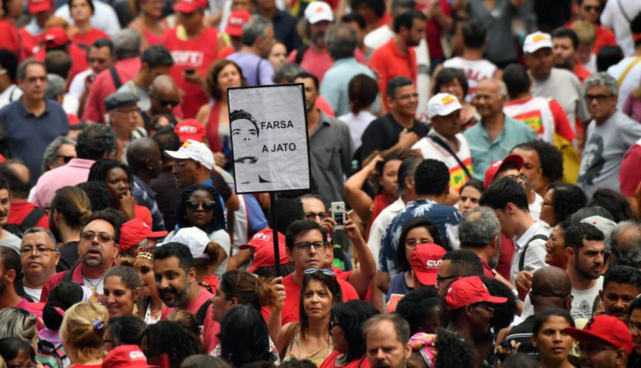 Diversas organizaciones sociales se reunieron para esperar la decisión. Foto: AFP