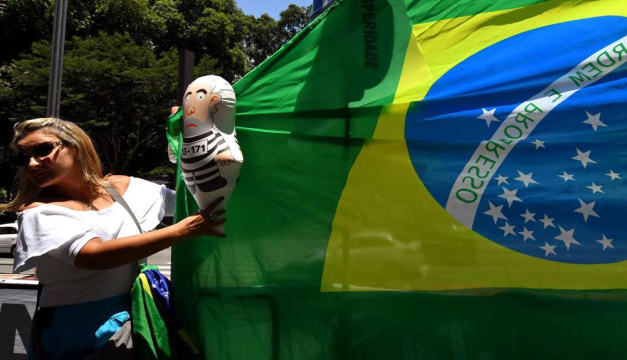 Muñecos inflables con una caricatura de Lula vestido de preso se vieron en muchas partes. Foto: AFP